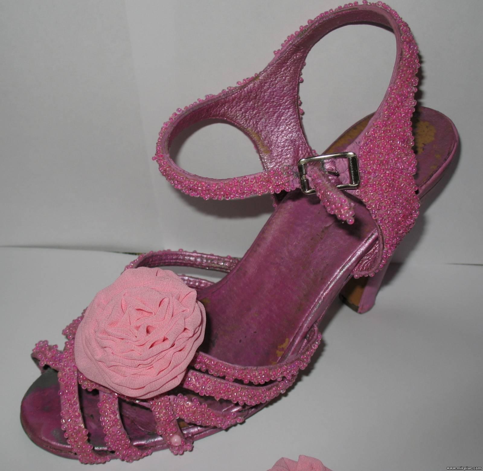 Переделка обуви своими руками / чем украсить босоножки обувь 4