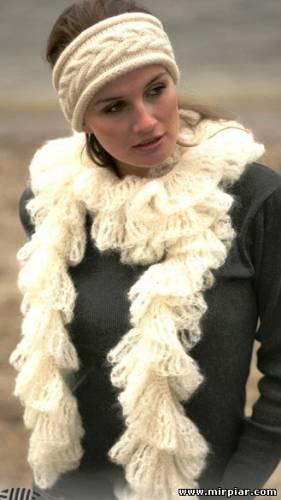 Вязаный спицами шарф и белоснежная повязка.