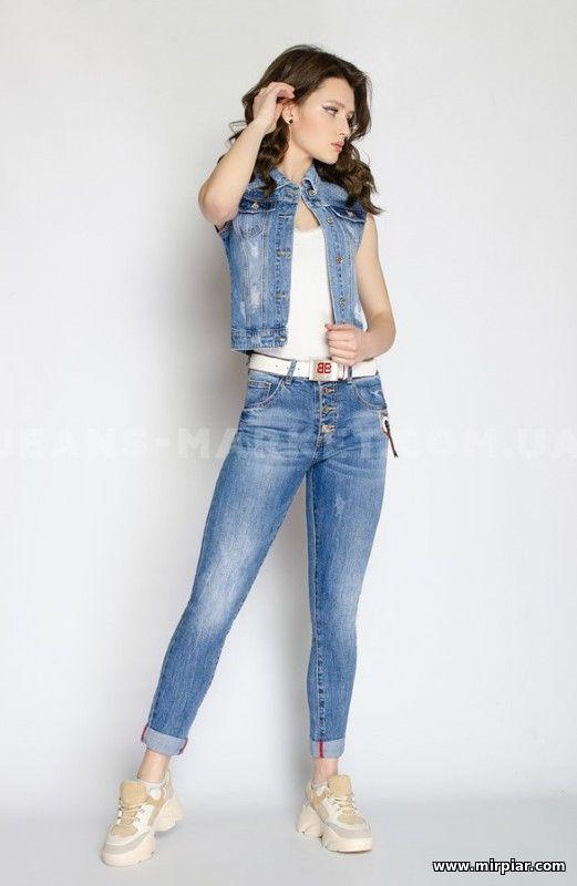 Девушка в жилетке из джинса